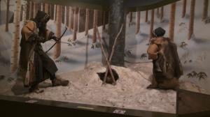Exposición del Museo Ainu de Poroto Kotan representando la caza de un oso
