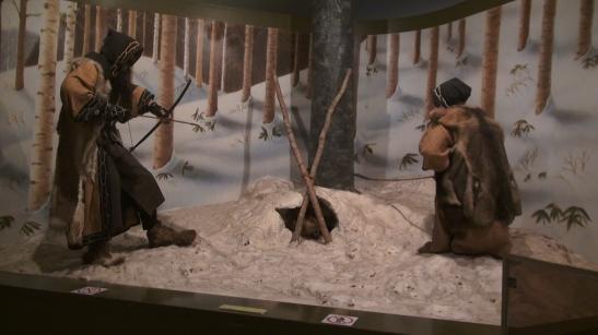 Exposicicón del Museo Ainu de Poroto Kotan representando la caza de un oso
