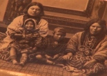Antigua fotografía de familia ainu. Perteneciente al catálogo del Linden Museum de Stuttgart