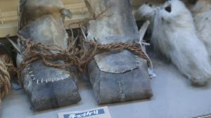 Calzado ainu elaborado con piel de pescado