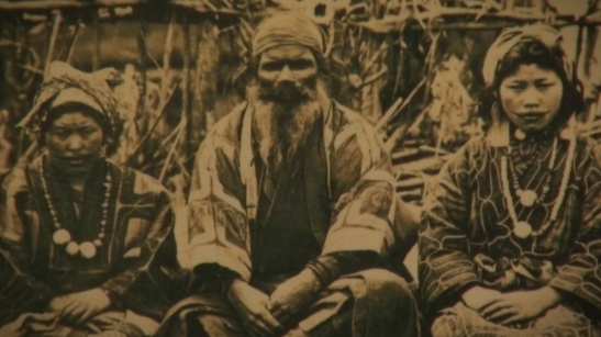 Fotografía antigua de familia ainu, se pueden observar los tatuajes en la cara de las mujeres.