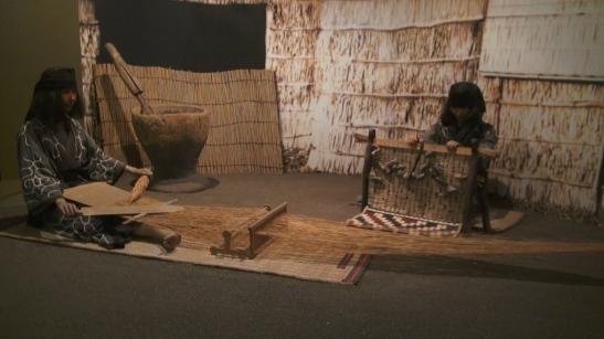 Exposición del Museo Ainu Poroto Kotan, muestra unos maniquíes tejiendo.