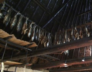 Pescados secos colgados en el interior de una casa ainu