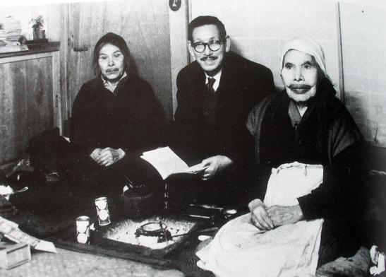 Imekanu, izquierda, y Kindaichi Kyōsuke, lingüista japonés que editó la obra de Imekanu y Yukie Chiri