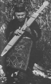 Mujer ainu tocando el tonkori. Imagen obtenida en la web http://home.kpn.nl/ooije006/sashimisen/things_japanese/ainu_p.html