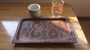 Bandeja tallada con motivos decorativos ainu. Nibutani.