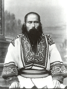 Hombre ainu de Sajalín. Fotografía tomada por Bronisław Piłsudski en 1905.