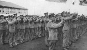 Soldados japoneses leyendo edicto imperial.