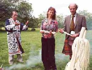 Shigueru Kayano en Escocia. Ceremonia ainu conmemorativa del fallecimiento del antropólogo Neil Gordon Munro.