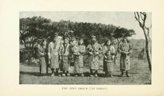 Fotografía tomada en Tokio de los nueve ciudadanos ainu que viajaron a EE.UU.
