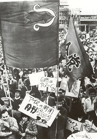 Bikky Sunazawa con la bandera ainu
